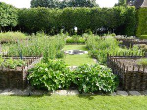 Proutěné záhony na zahradě